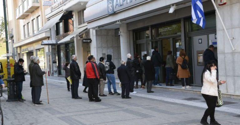 Κοροναϊός : Συνεχίζεται η εγκληματική αδιαφορία πολλών - Ουρές έξω από τράπεζες και σήμερα   tanea.gr