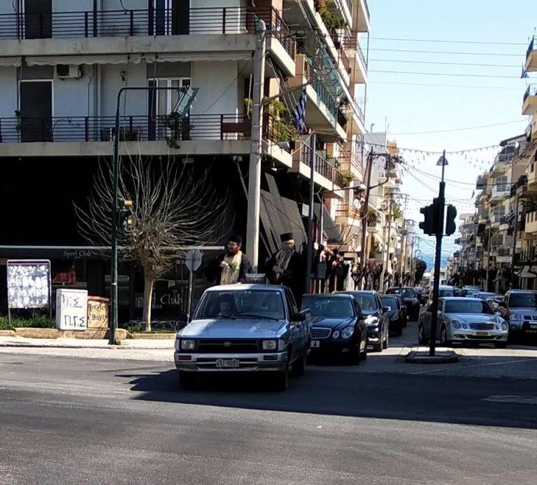 Έκαναν αγιασμό στους δρόμους του Αιγίου για να διώξουν τον κοροναϊό   tanea.gr