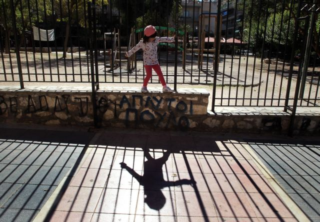 Κοροναϊός : Ο δήμος Ηλιούπολης έβαλε λουκέτο στις παιδικές χαρές | tanea.gr