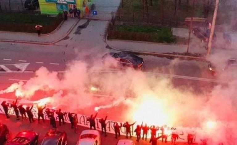 Οπαδοί στη Ρουμανία ευχαρίστησαν τους γιατρούς με καπνογόνα   tanea.gr