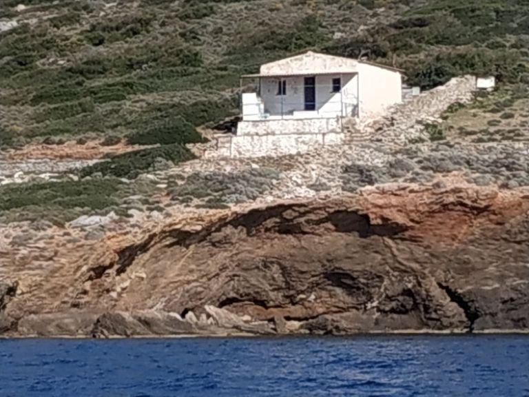Ξεκίνησε η κατεδάφιση αυθαίρετων στη Μακρόνησο | tanea.gr