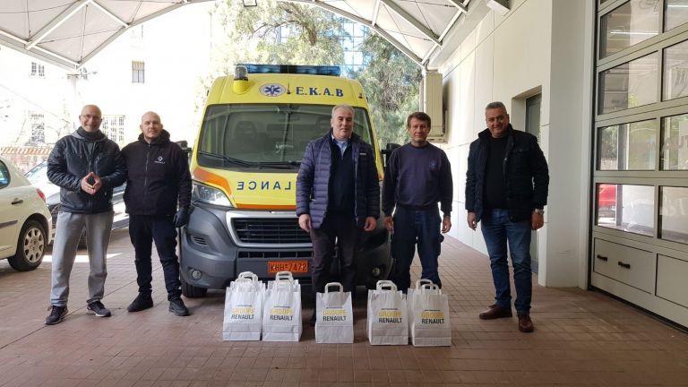 Renault - Automotivo A.E.B.E.: Δωρίζει ιατρικές μάσκες στο ΕΚΑΒ   tanea.gr