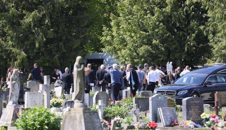 Σκηνές απείρου κάλλους σε κηδεία θύματος του κοροναϊού: Πρόστιμα στους συγγενείς και κατάσχεση… της σορού   tanea.gr