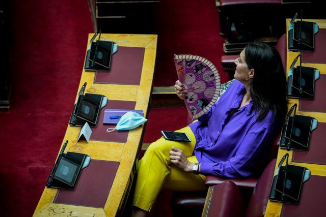 Βουλή : Αποστάσεις, μάσκες, πλέξιγκλας και… βεντάλιες | tanea.gr