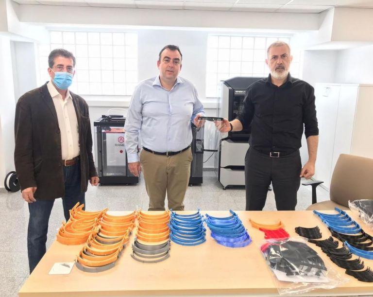 Ο Γιάννης Μώραλης παρέδωσε ασπίδες προστασίας προσώπου στο ΕΚΑΒ | tanea.gr