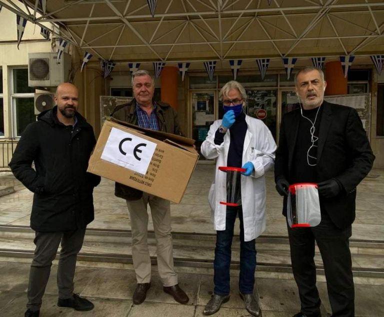 Γ. Μώραλης : Παρέδωσε τις πρώτες μάσκες που έφτιαξε το «Blue Lab» στα νοσοκομεία Τζάνειο και Μεταξά | tanea.gr