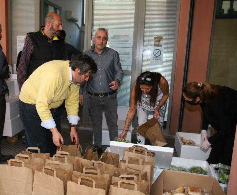Προσφορά πασχαλινών γευμάτων σε ευπαθείς ομάδες του δήμου Πειραιά | tanea.gr