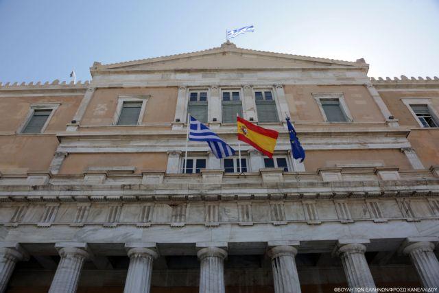 Σε ένδειξη συμπαράστασης υψώθηκε η ισπανική σημαία στην ελληνική Βουλή και το ΥΠΕΞ   tanea.gr