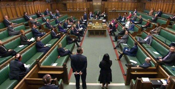 Η βρετανική Βουλή επέστρεψε μέσω zoom - Δυναμική εμφάνιση των Εργατικών   tanea.gr