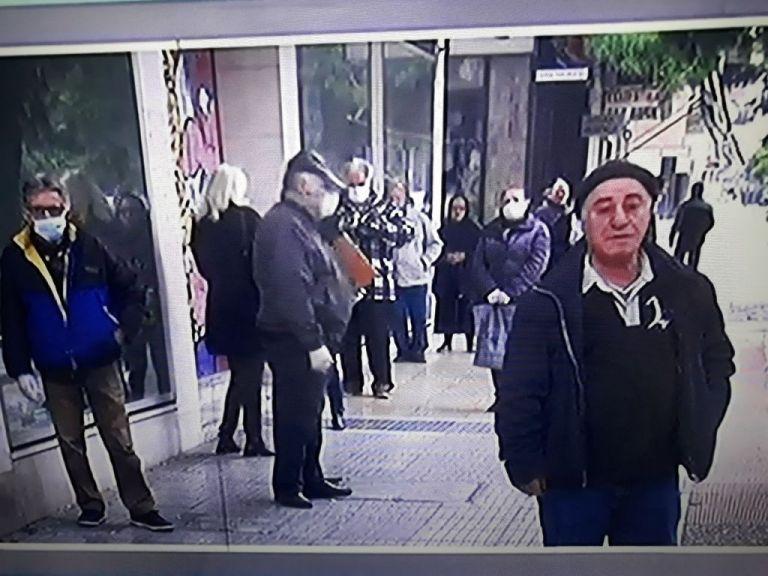 Ποια απαγόρευση κυκλοφορίας; Ουρές και σήμερα έξω από τις τράπεζες | tanea.gr