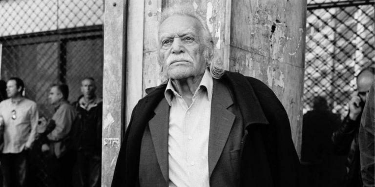 Μανώλης Γλέζος: Μεσίστια η σημαία στην Ακρόπολη για το τελευταίο αντίο στον αγωνιστή της Αριστεράς | tanea.gr