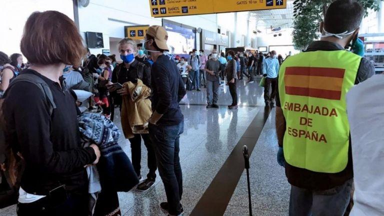 Επέστρεψαν στο Παρίσι oι 300 Ευρωπαίοι που είχαν εγκλωβιστεί στο Εκουαδόρ λόγω βλάβης αεροσκάφους | tanea.gr