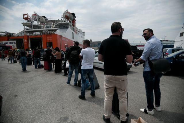 Σήκωσαν άγκυρα τα πλοία – Ουρές, θερμομετρήσεις και ερωτηματολόγια [Εικόνες] | tanea.gr