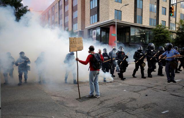 Ειρηνικές διαδηλώσεις, αλλά και ακραία επεισόδια στις ΗΠΑ για τον Τζορτζ Φλόιντ | tanea.gr