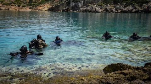 Εντυπωσιακές εικόνες από άσκηση της Διοίκησης Υποβρυχίων Καταστροφών του Πολεμικού Ναυτικού | tanea.gr