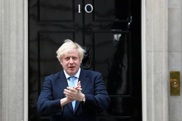 Μ. Βρετανία: Αντιμέτωπος με ανταρσία στο κόμμα του και με τη λαϊκή οργή ο Τζόνσον | tanea.gr