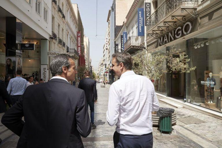 Η βόλτα του Μητσοτάκη στην Ερμού: «Εκτιμώ ότι από τα τέλη Ιουνίου θα δούμε μια άλλη ιστορία» | tanea.gr
