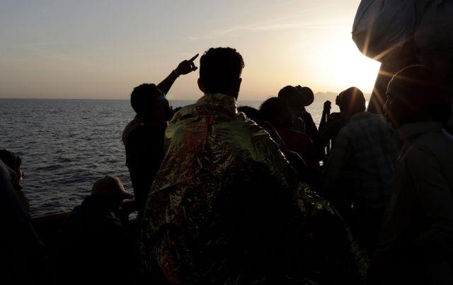 Άγνωστο πλοίο αποβίβασε 400 μετανάστες στη Σικελία | tanea.gr