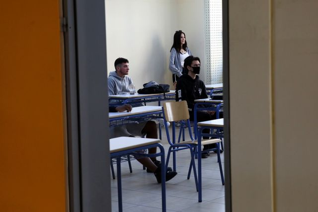 Στα θρανία από αύριο οι μαθητές γυμνασίου και Α'& Β' Λυκείου – Τα στοιχήματα και ο πόλεμος για τις κάμερες   tanea.gr