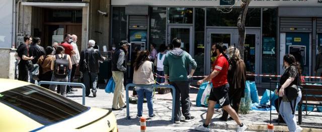 Άρση μέτρων : Συνωστισμός σε τράπεζες και δημόσιες υπηρεσίες   tanea.gr