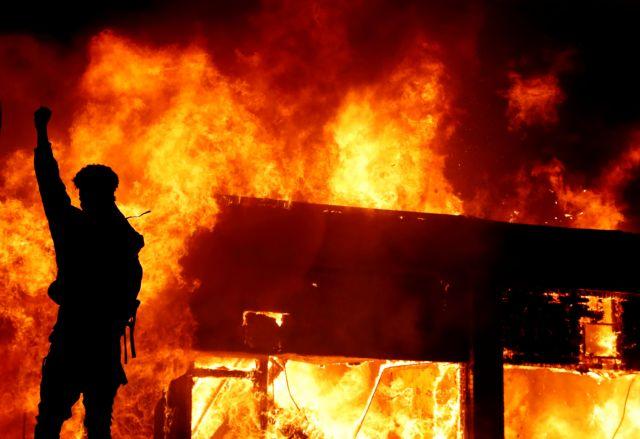 «Φλέγονται» οι ΗΠΑ από τις διαδηλώσεις για τον Φλόιντ – Νεκρός αστυνομικός στο Όκλαντ   tanea.gr