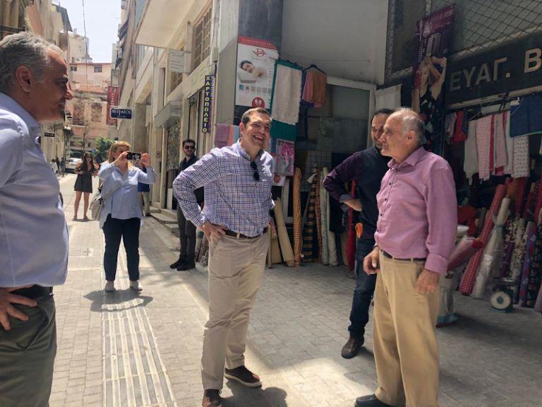Ο Αλέξης Τσίπρας συζήτησε με καταστηματάρχες στο κέντρο της Αθήνας | tanea.gr