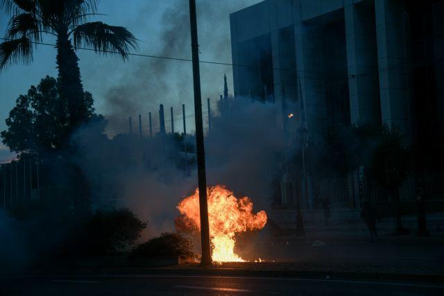 Πορεία για τη δολοφονία Φλόιντ: Δώδεκα προσαγωγές έξω από την αμερικάνικη πρεσβεία | tanea.gr