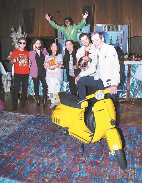 Ενα ξέφρενο πάρτι κάτω από την ντισκομπάλα με οικοδεσπότη τον Τόνι Σφήνο | tanea.gr