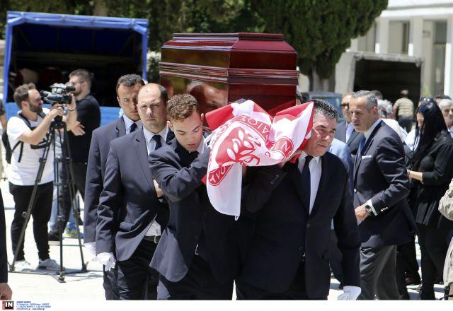 Συγκίνηση στο «τελευταίο αντίο» στον Νίκο Αλέφαντο | tanea.gr