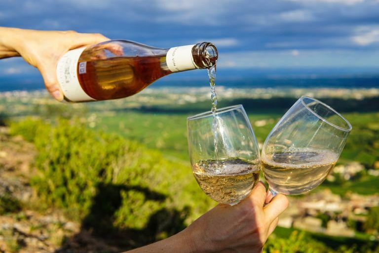 Οι οινοποιοί της Γαλλίας μετατρέπουν το αδιάθετο κρασί σε απολυμαντικό χεριών | tanea.gr