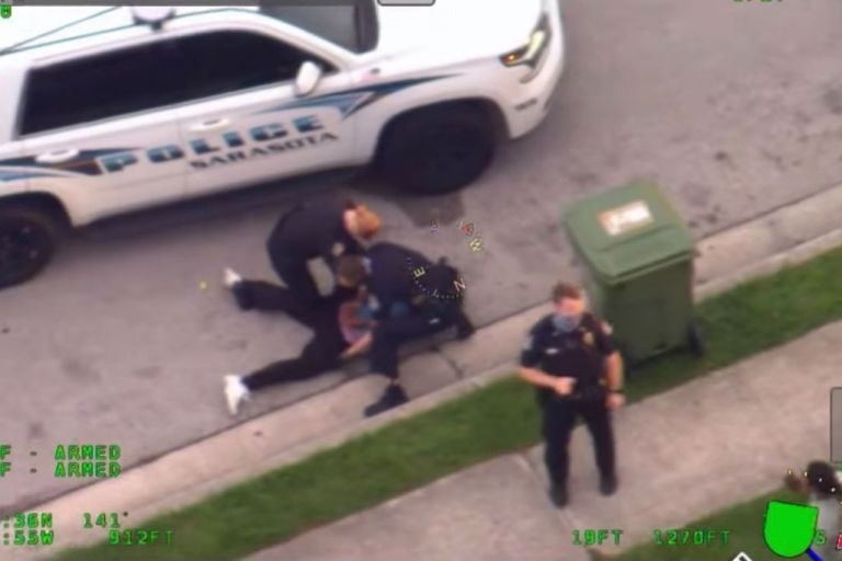 Φλόριντα: Βίντεο δείχνει κι άλλον αστυνομικό να γονατίζει στον λαιμό άνδρα | tanea.gr