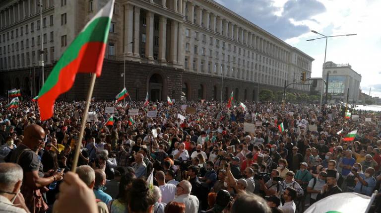 Βουλγαρία: Τρεις τραυματίες σε μεγάλη αντικυβερνητική διαδήλωση – Επιχείρησαν να εισβάλουν στη Βουλή | tanea.gr