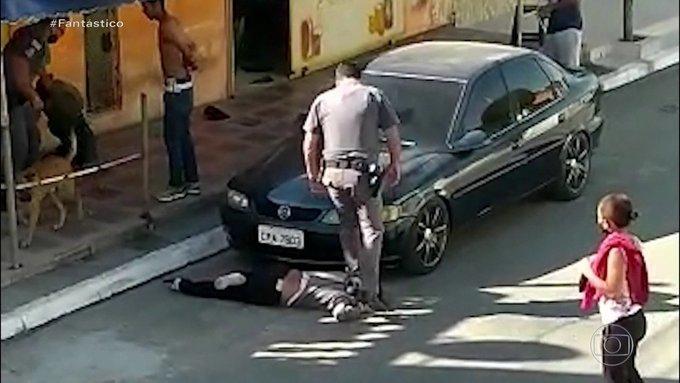 Βραζιλία: Σοκ προκαλεί βίντεο με αστυνομικό που πατάει στον λαιμό μαύρη γυναίκα | tanea.gr