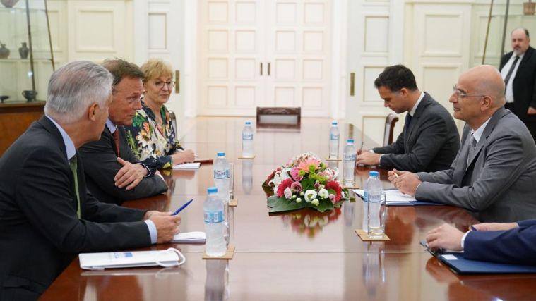Συνάντηση Δένδια με τον αντιπρόεδρο της Γερμανικής Βουλής | tanea.gr