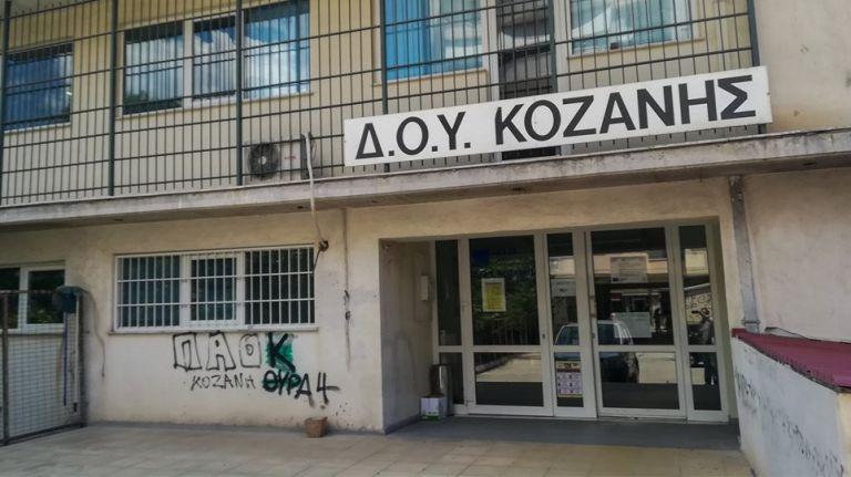ΔΟΥ Κοζάνης: Πώς αφόπλισαν τον δράστη πριν καταφέρει το μοιραίο χτύπημα | tanea.gr