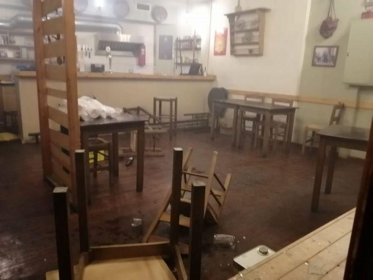 Νύχτα έντασης στα Εξάρχεια: Καταγγελίες για εισβολή των ΜΑΤ σε μαγαζιά | tanea.gr
