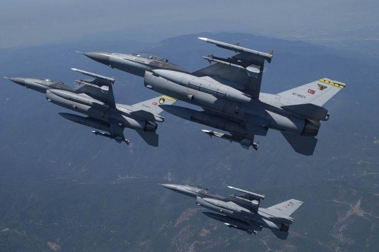 Μπαράζ υπερπτήσεων τουρκικών F-16 στο Αιγαίο - Πέταξαν μόλις 1 χλμ πάνω από τις Οινούσσες | tanea.gr