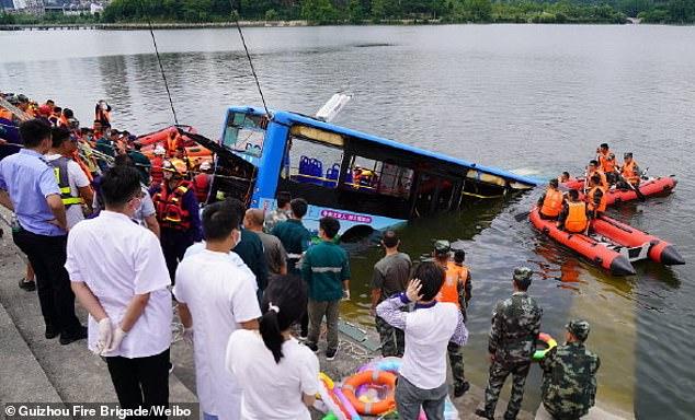Κίνα: «Εκλεισε» 21 σπίτια επειδή κατεδάφισαν το δικό του - Εριξε λεωφορείο με σπουδαστές στη λίμνη | tanea.gr