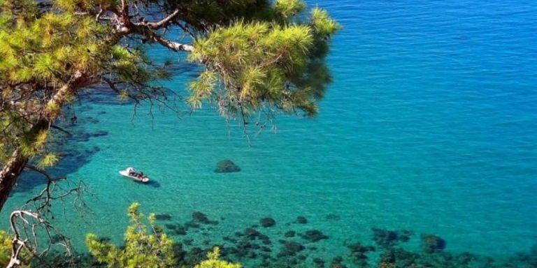 Κύπρος: Σε σοβαρή κατάσταση ζευγάρι Ελλήνων που έπεσε με ΙΧ σε γκρεμό 30 μέτρων   tanea.gr
