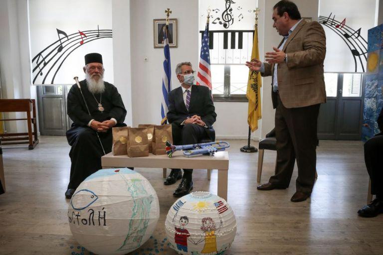 Την Ημέρα Ανεξαρτησίας γιόρτασαν στην «ΑΠΟΣΤΟΛΗ» ο Τζ. Πάιατ με τον Αρχιεπίσκοπο | tanea.gr