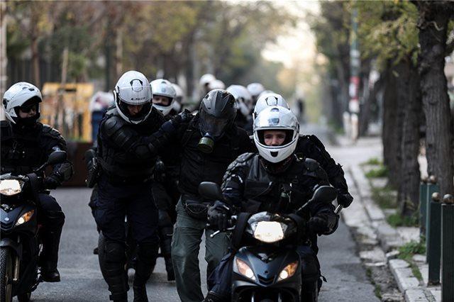 Αστυνομικός απέτρεψε σύλληψη στην πορεία του Συντάγματος – Tι καταγγέλλουν συνάδελφοί του   tanea.gr