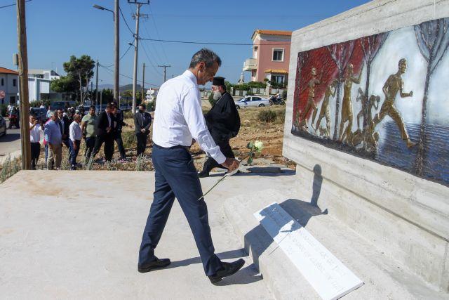 Μάτι: Με λευκό τριαντάφυλλο ο Μητσοτάκης στο μνημείο των 102 θυμάτων | tanea.gr