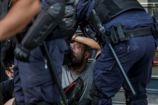 Αντιδράσεις για το βίντεο με αστυνομικούς και διαδηλωτές από την πλ. Βικτωρίας   tanea.gr