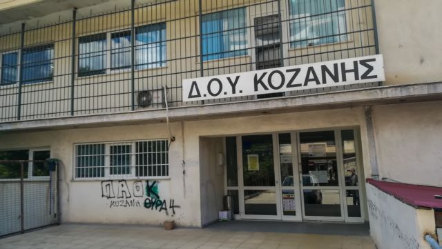 Δολοφονική επίθεση στην Κοζάνη: Σε κωματώδη κατάσταση ένας από τους τραυματίες   tanea.gr