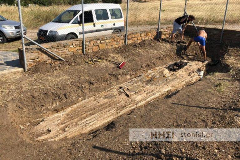 Ανακαλύφθηκε γιγαντιαίος απολιθωμένος κορμός οκτώ μέτρων στη Λήμνο | tanea.gr