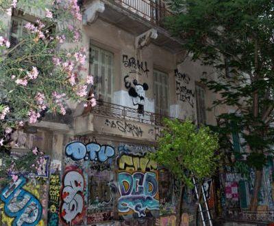 Εσπασαν τους τσιμεντόλιθους που σφράγιζαν κτίρια που είχαν εκκενωθεί στα Εξάρχεια | tanea.gr