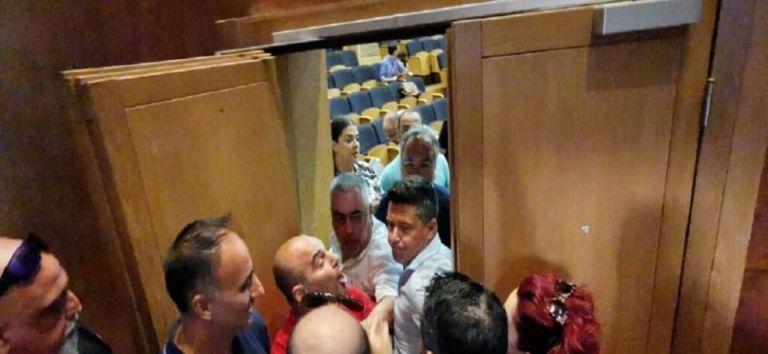 Ένταση στο δημοτικό συμβούλιο Καλαμαριάς – Πιάστηκαν στα χέρια | tanea.gr