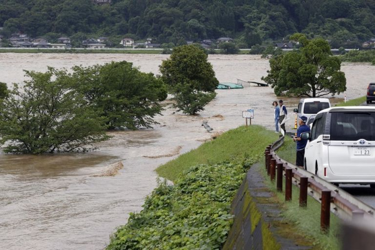 Καταρρακτώδεις βροχές σαρώνουν την Ιαπωνία – 75.000 άτομα εκτοπίστηκαν και τουλάχιστον 13 αγνοούνται | tanea.gr