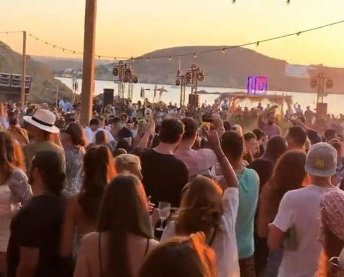 Μύκονος: Πώς χλιδάτες βίλες έγιναν τα νέα μπαρ του νησιού με DJ από το εξωτερικό και είσοδο 1.500 ευρώ | tanea.gr