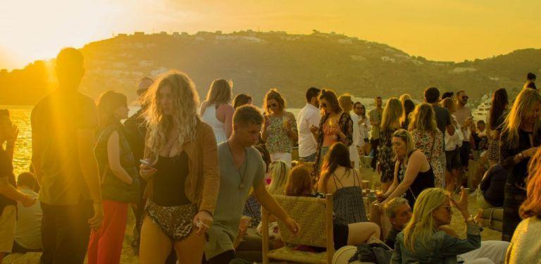 Αρχισαν οι συλλήψεις για τα πριβέ «κορόνα πάρτι» σε βίλες στη Μύκονο | tanea.gr